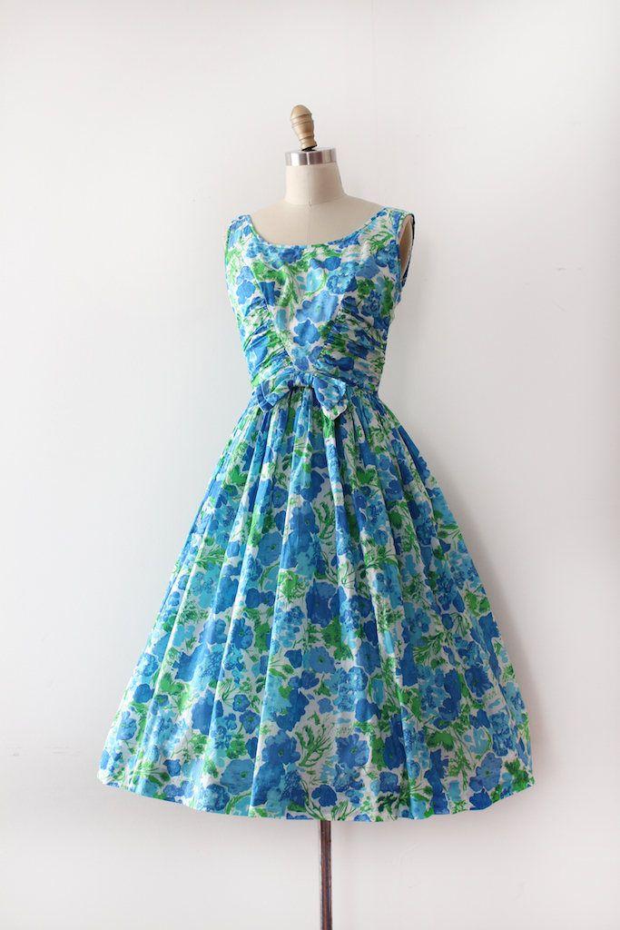 Prachtige ontwerper Jerry Gilden katoenen jurk uit de jaren 1950. Deze jurk heeft een bloemenprint, een ingerichte taille en een volledige rok met een detail van de boog. * jurk helemaal naar boven de rug zip maar was te klein voor de jurk vorm.  Label: Jerry Gilden Sluiting: metalen rits  Maten: Best Fit: xsmall  Bust: 34 Taille: 23 Heupen: open  Lengte: 43  Voorwaarde: uitstekende vintage staat  ** Hoepelrokken niet inbegrepen  ➸International kopers informeren gelieve verzendkosten…