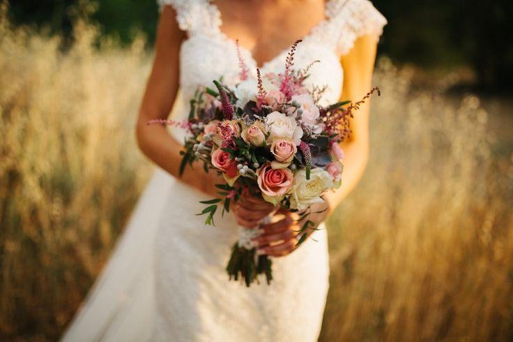 rosa clará y ramo de dlores con rosas y astilbe
