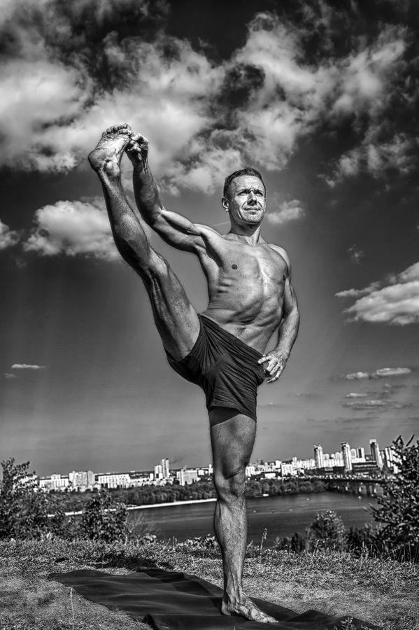 Magnifique photo, voici un bel exemple d'un #yogaman citadin. Messieurs, ne préfériez vous pas vieillir ainsi ? Le Yoga est la voie.