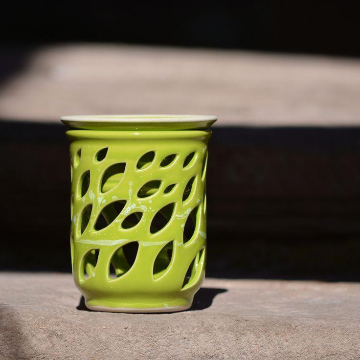 """Aromalampa Lístek rovná - Sasanky v trávě Mám ráda praktické a víceúčelové věci. Aromalampa Lístek rovnáz rodinky """"Sasanky v trávě"""" mezi ně určitě patří. Lze ji použít: 1. jako aromalampu. Do vyjímatelné mističky nalijete vodu, nakapete do ní vonný olej, který při zahřátí nádherně provoní celý dům. Lampičku můžete nechat klidně svítit bez dolívání..."""