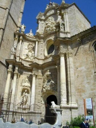 Plaza de la reina : magnifique place. On peut monter dans la tour, à côté de la cloche pour 2€ et profiter d'une vue imprenable sur Valence, le jeu étant de trouver la cité des sciences et les 4 forts qui bornes les 4 points cardinaux du quartier central, le Carmen