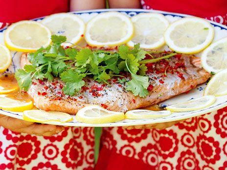 Chili, soja och honung sätter smak på ugnsbakad lax, en superlätt festrätt! Servera med ljuvligt god gräddstuvad purjolök. Recept från boken Lax och kyckling.