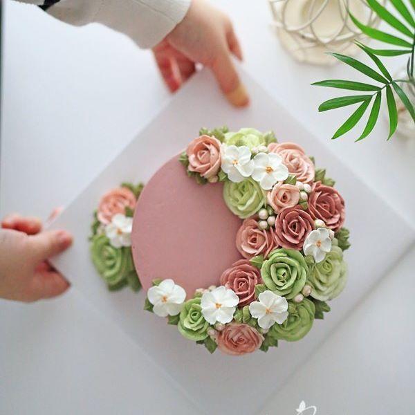 정규클래스 1주차 수강생 작품~ Student work.  촉촉한 당근케이크와 우유향가득 버터크림으로 완성하신 크레센크형 케이크~ 장미, 애플블라썸, 꽃봉오리, 잎사귀짜기. 우아한 톤다운핑크컬러와 산뜻한 그린컬러의 조합으로 아름답게 완성하셨어요~^^ . . . #블랑비케이크 #플라워케이크 #장미 #플라워케이크클래스 #꽃봉오리 #럽스타그램 #창업 #플라워케익 #케이크 #취미 #디저트 #선물 #베이킹 #케익스타그램 #꽃스타그램 #꽃케익 #웨딩케이크 #버터크림플라워케이크 #버터크림 #합정 #클래스 #flowercake #flower #cake #dessert #buttercreamcake #rose #buttercream #class #koreanflowercake