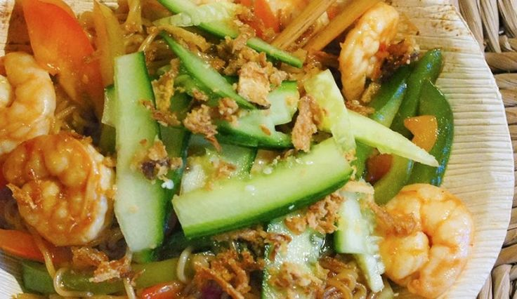 Aziatisch: Noedels met garnalen, sojasaus, paprika, komkommer en gebakken uitjes