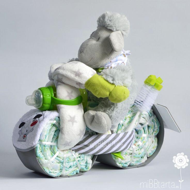Una moto de pañales con la que sorprender a los papás. Esta tarta de pañales es ideal para hacer un regalo de nacimientoo divertido, práctico y personalizado para aquellos papás que huyen del azul o rosa. #motodepañales #tartadepañales #regalobebe #regaloembarazo #regalosoriginales #canastilla #cestanacimiento #figurasdepañales #cestabebe #embarazo #tartasdepañales #babyshower #fiestababyshower