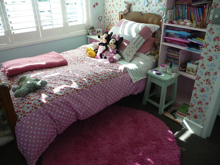 The Patersonrose fuschia pink shaggy rug looks great in Mollys room