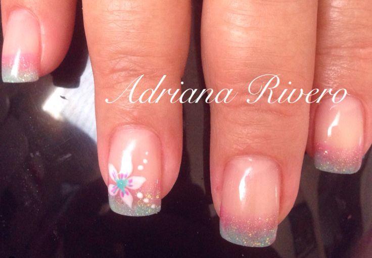Uñas acrílicas decoradas con gel , flor pintada a mano #acrylicnails #flower #summer #white #aqua #handpainted #pink #shortsize