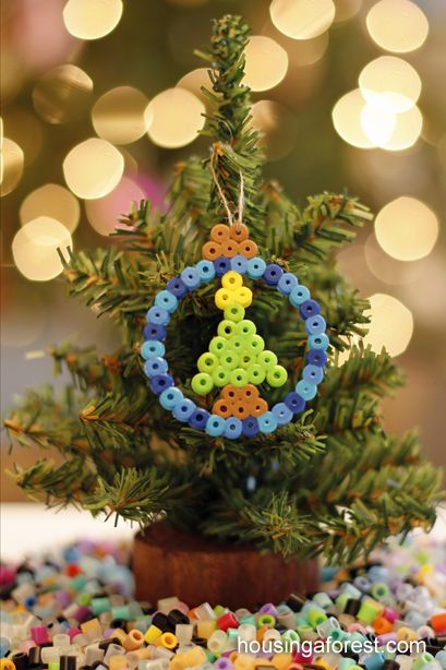 Mini koszorú mintájú karácsonyfadísz - Te is könnyen elkészítheted ezt a látványos, apró díszt! Rendelj hozzá díszdobozos gyöngyöket. http:// on.fb.me/1cc0O7O