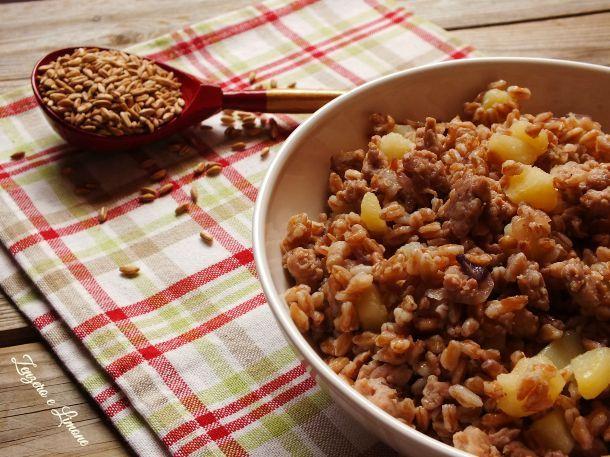 Se siete stanchi del solito risotto e avete voglia di sapori alternativi, provate questo primo piatto a base di farro con patate e salsiccia! Buonissimo!