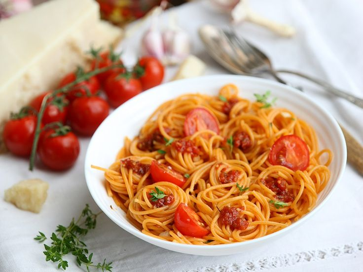 Томатная паста с помидорами черри и сыром пармезан