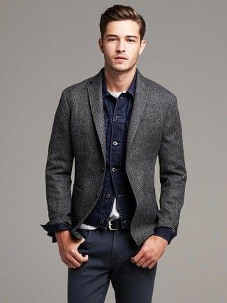Tenue: Veste en jean bleu marine, Blazer en laine gris foncé, T-shirt à col rond blanc, Pantalon chino gris foncé