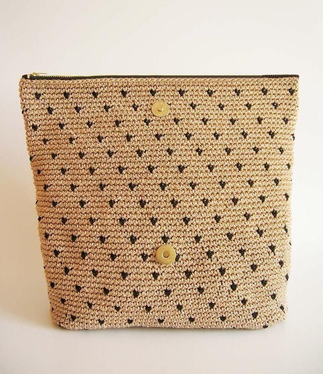 Crochet pattern for polka dot clutch