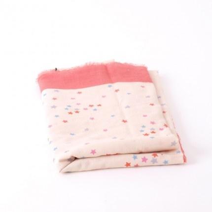 Vierkante sjaal van Maya met sterretjes en een roze rand. Leuk te combineren met jeans!