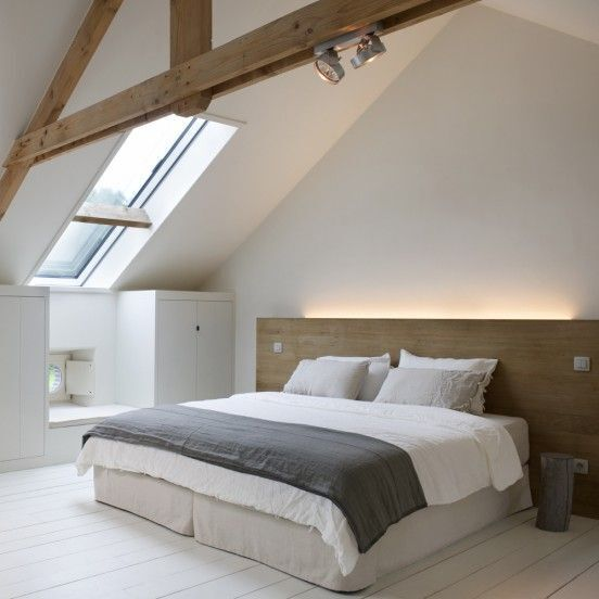 Middelhoog lang en smal dakraam op 45º zolder van witte boerderij
