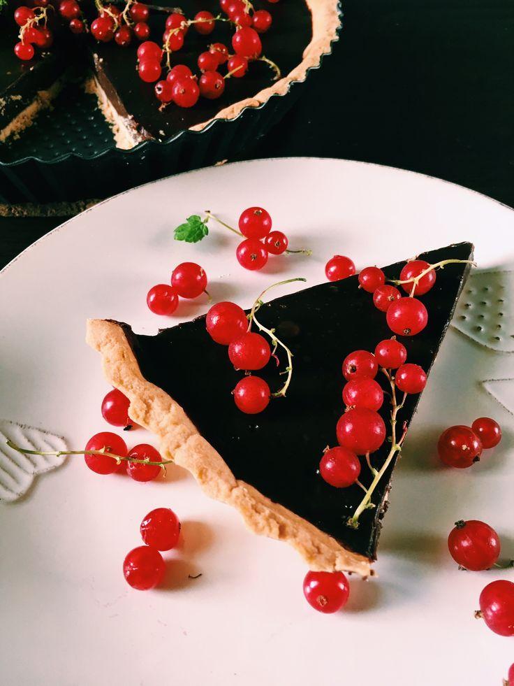 Delikatna w smaku i bardzo czekoladowa tarta z czerwoną porzeczką.