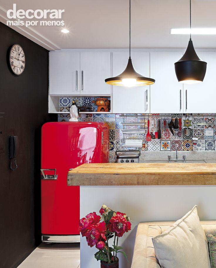 Projeto lindo assinado pela design de interiores Ândrea Fricks. Cheio de referências lindas, como a geladeira retrô em vermelho, azulejos hidráulicos e parede de lousa.