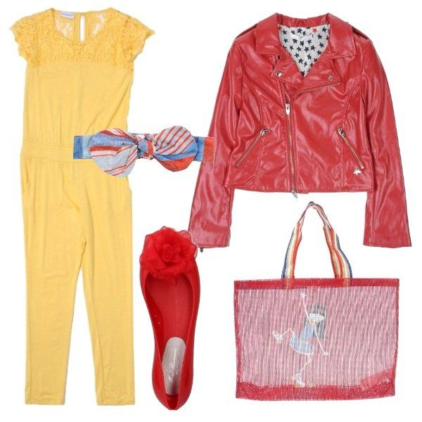 Tuta gialla con collo tondo in tulle e con ricami, giacca in similpelle rossa a doppiopetto, ballerina rossa, borsa bicolor con stampa e fascia per capelli multicolor con fiocco.