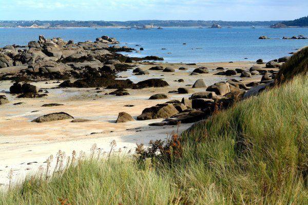 Sur le sentier côtier entre Locquirec, Plougasnou et Carantec, les plages respirent l'air iodé de la Baie de Morlaix. Vue de la mer sur le tour de Carantec. #carantec #baie de morlaix #locquirec #plougasnou #morlaix #sentier #GR34 #bretagne #morlaix #finistèreh