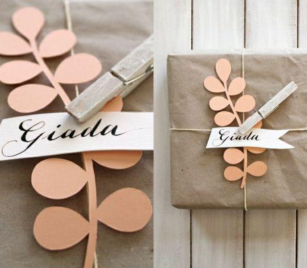 1-joliee-idee-pour-papier-cadeau-original-avec-une-decoration-en-papier-en-forme-de-branche-rose