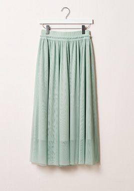 H&M präsentiert Spring Fashion, eine Kollektion, die alles hat – vom Blumenkleid bis hin zur beigefarbenen Bluse, einem grünen Rock und einem gepunkteten Kleid.