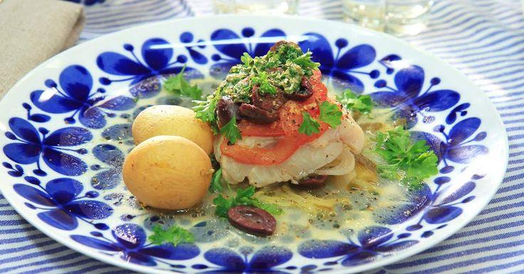 Vitlöksdoftande torsk med tomat, lök och fänkål i foliepaket på grillen. Ett gott och enkelt sätt att lyckas med grillad fisk.