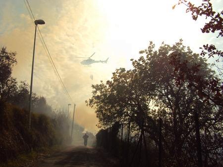 Incendio molto esteso nelle campagne del sud pontino. L'elicottero dei vigili del fuoco intento a domare le fiamme che hanno devastato quasi un' intera montagna, salvando le altre vicine. Le fiamme hanno raggiunto anche alcune abitazioni e strade #ijf12 #webismobile http://bit.ly/xKDi7G