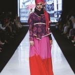 Kumpulan model baju muslimah terbaru 2015 dirancang oleh dian pelangi dipadukan dengan desain yang anggun dan elegan menggunakan bahan batik sebagai dasar