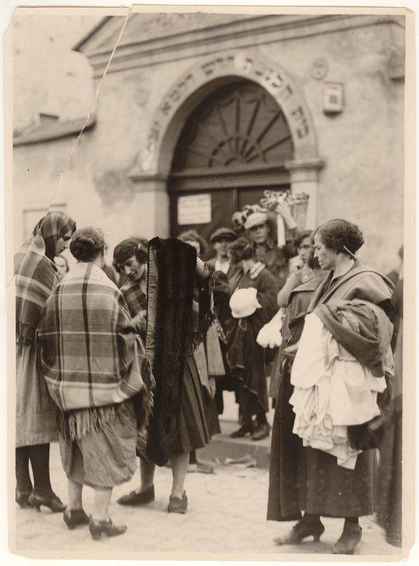 Market in the Kazimierz district (Szeroka Street), near Old Synagogue. Photo by Agencja Fotograficzna Światowid, 1935; from the collection of the Historical Museum of the City of Kraków