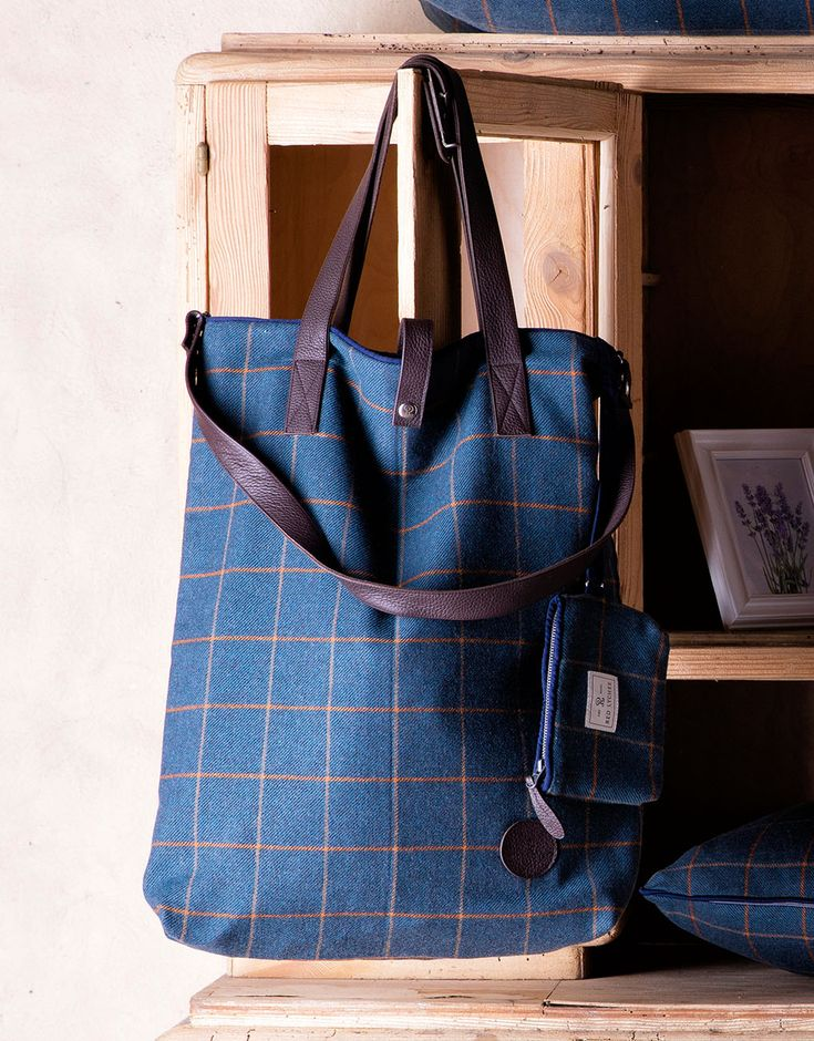 Red Lychee Vineyard bag is made from the finest wool and finished with contrasting navy blue trim. The carrying strap is made of natural leather.