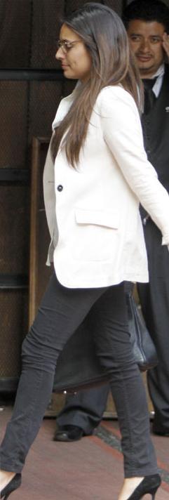 La actriz Ana Brenda Contreras en un Outfit Clásico. Jeans entubados en color negro, saco y camisa Ivory. Combinando Zapatos y bolso negros