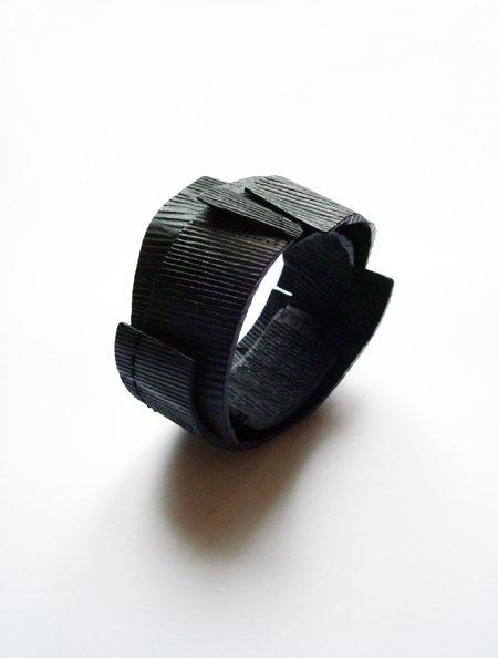 Bracciale Blackwaves - Flora Vagi - Ungheria - Realizzato in ebano, quercia, smalto freddo e seta