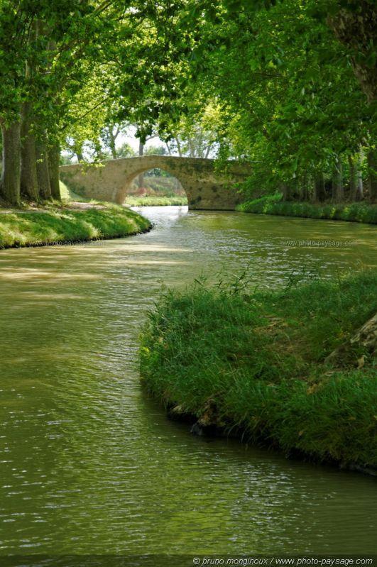 Un pont de pierre sur le canal du midi.trebes-pont de la rode