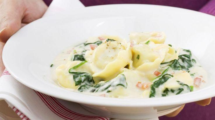 Spinat und Parmesan verfeinern sowohl Füllung, als auch Soße: Tortellini mit Spinat-Sahnesoße | http://eatsmarter.de/rezepte/tortellini-mit-spinat-sahnesosse