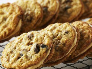 Sándwiches de galletas de avena y pasas con relleno de mantequilla de maní