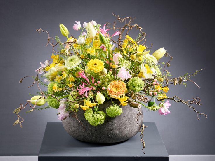Osterstrauß 2016 Frühlingsblumen in lockerem Spiel von Marcel Schulz, Deutschlands Meisterflorist