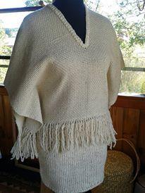 poncho tejido en telar María con lana 100% natural en color crudo