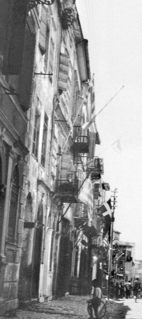 Χανιά βενετσιάνικα σπίτια στη νότια πλευρά της οδού Κανεβάρο, περίπου το 1925. Οι βομβαρδισμοί του 1941 δεν άφησαν ούτε ίχνος τους. Φωτογραφικό Αρχείο Μανώλη Μανούσακα από την έκθεση: ´ΧΑΝΙΑ-ΒΕΝΕΤΙΑ χθες και σήμερα´