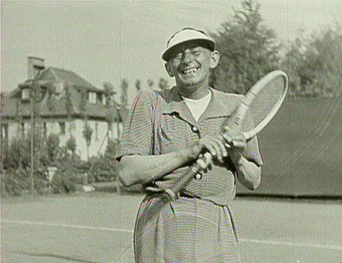 Vlasta Burian hraje tenis.