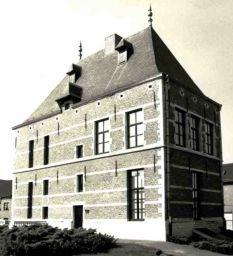 Sashuis of Spaans huis Sasplein 18, Willebroek (Antwerpen) Huidig gebouw opgericht in 1608, na de verwoesting van een ouder sashuis. Gerestaureerd en ingericht als museum in 1984-1986 naar ontwerp van J. Faes.