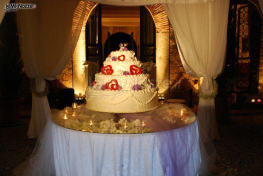 http://www.lemienozze.it/gallerie/torte-nuziali-foto/img30360.html Torta nuziale con dettagli rossi