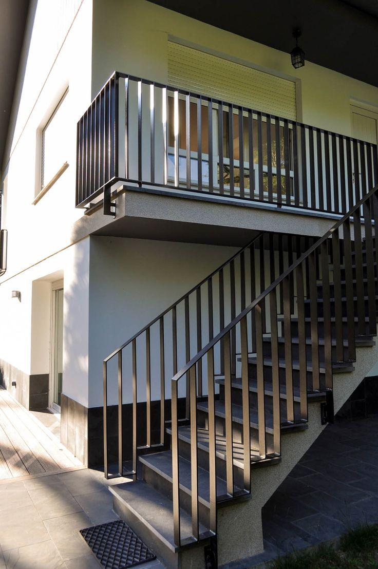 Detalle de escalera y barandillas en fachada delantera