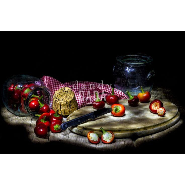 Dal Barocco al Neorealismo,  da Caravaggio a Renato Guttuso in un'unica opera. Manolo Tatti, fotografo di Oristano, è riuscito in Esplosione di peperoncini a compiere un ponte di collegamento tra questi due grandi maestri della pittura italiana. Elemento di condivisione è la ricerca del vero, l'aderenza alla realtà così come appare senza alcun artificio pittorico.
