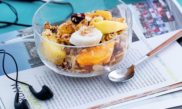 Aprenda a preparar uma taça de fruta com granola. Para um pequeno-almoço simples e nutritivo, prepare esta taça de fruta com granola.