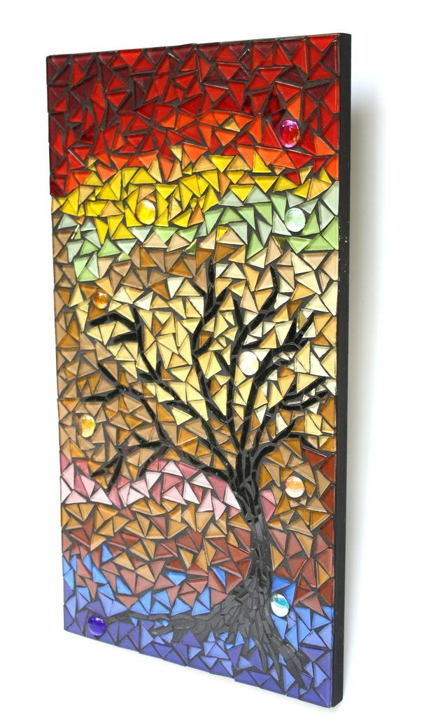 """Árvores remetem à natureza e é sempre bom trazê-la para perto de nós... Esse quadro que traz uma frondosa árvore, com muitas nuances de cores e brilho foi feito em uma base de MDF, com mosaico elaborado em pastilhas de vidro cristal e gemas de vidro. """"Árvores em festa"""" vai deixar qualquer ambient..."""