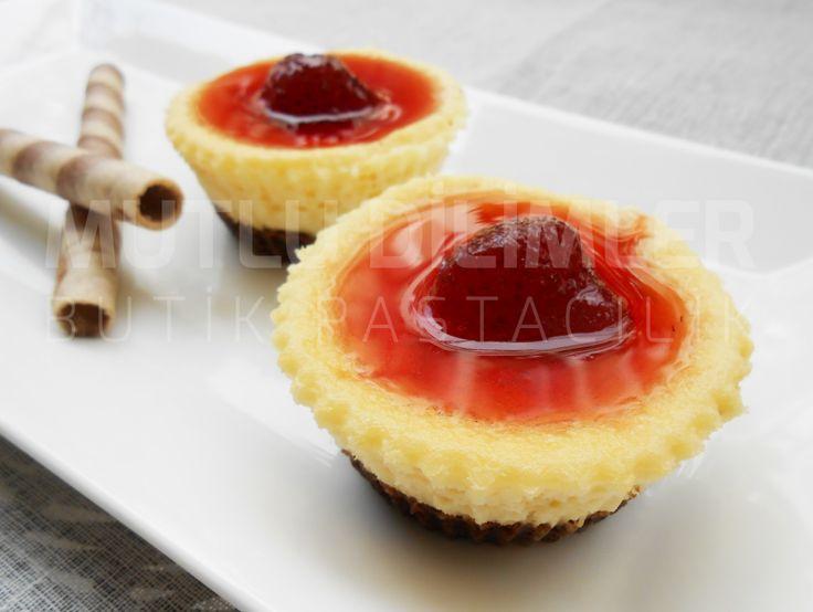 Strawberry black and white cheesecake cupcakes - homemade delicious cupcakes Çilekli siyah-beyaz cheesecake kapkekler  mutludilimler.blogspot.com
