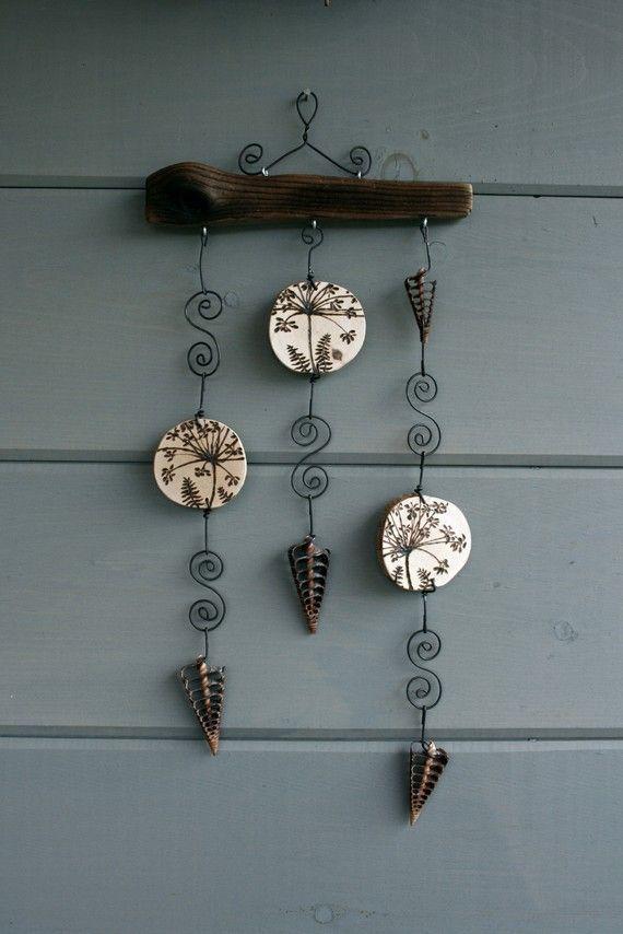 móvil con corchos (rodajas, figuras) y alambre