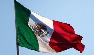 ¿Qué significa la Bandera de México? La Bandera Nacional consiste en un rectángulo dividido en tres franjas verticales de medidas idénticas, con los colores en el siguiente orden a partir del asta: verde, blanco y rojo. En la franja blanca…