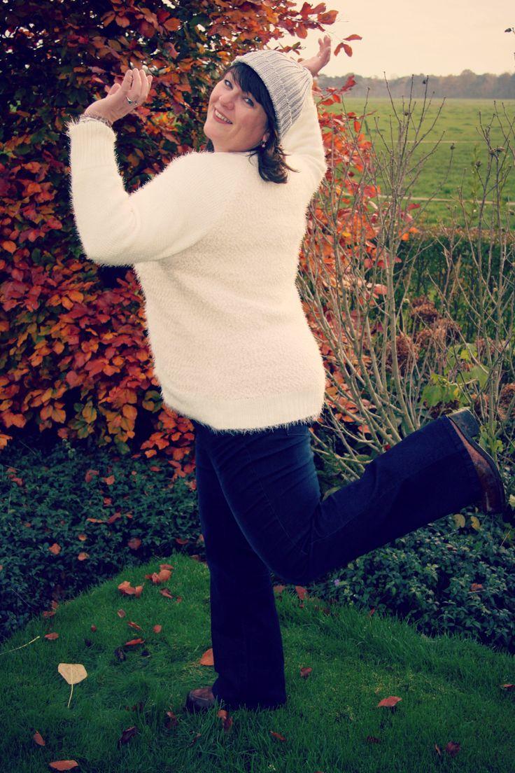 witte trui met ster, violet boot leg, spijkerbroek grote maat, wijde pijpen, MS mode
