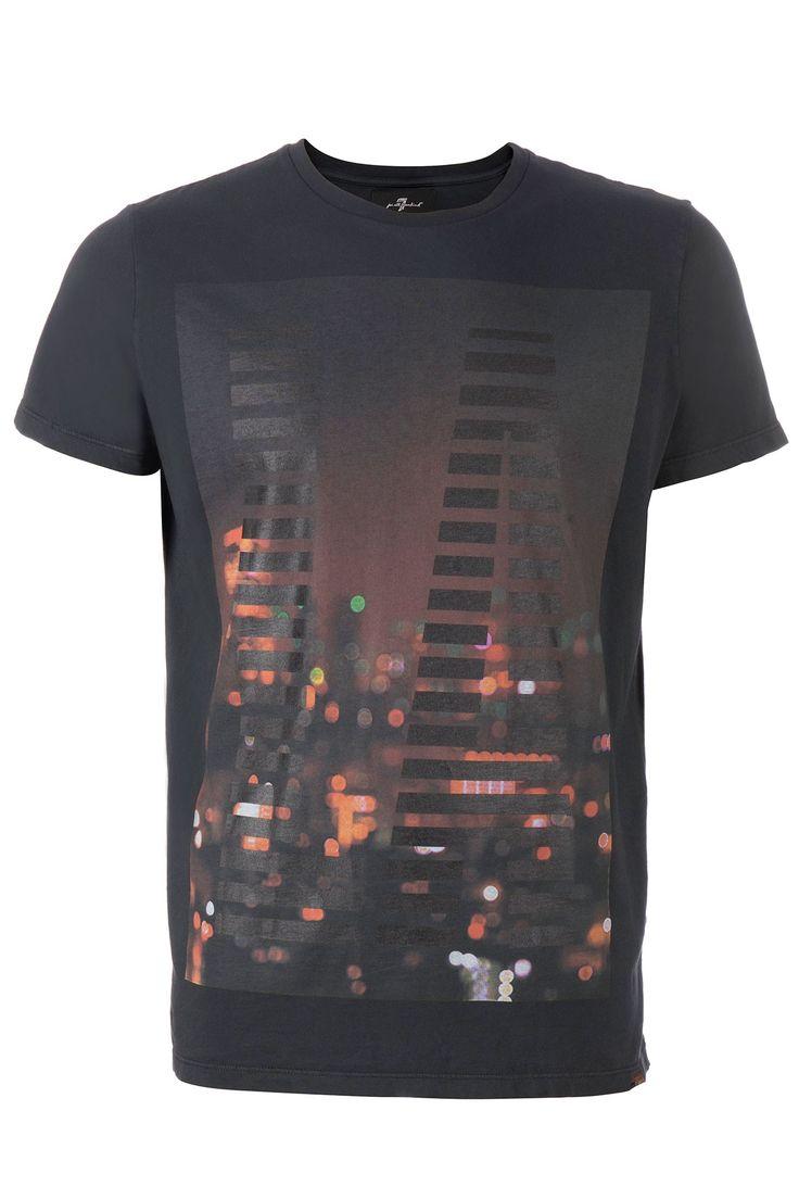 Zwart r-hals t-shirt van 7 For All Mankind. Op de voorkant een kleurrijke afbeelding waar LA in staat. Het shirt valt wat groter.