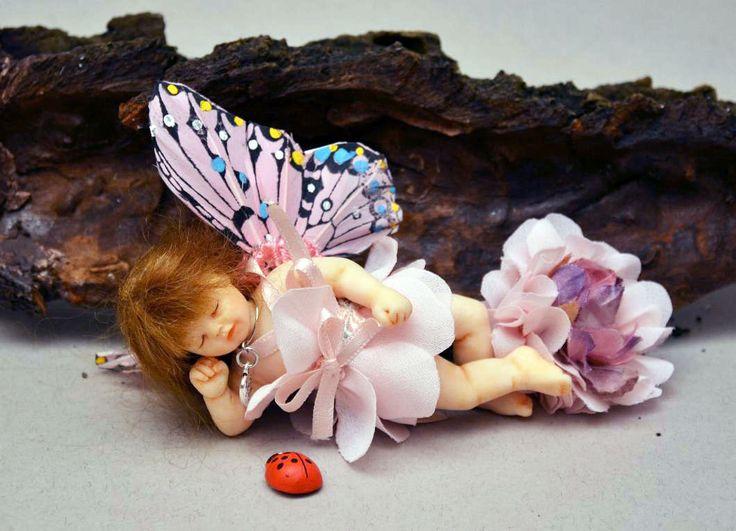 Gaia, una piccola farfallina OOAK, aspetta la primavera